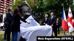 Официальные лица сбрасывают покрывало с памятника Вацлаву Гавелу в Тбилиси