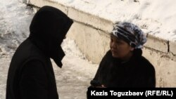 Подсудимый Бахытжан Бопатаев разговаривает с корреспондентом Азаттыка Маншук Асаутай. Алматы, 8 февраля 2013 года.