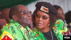 Роберт Мугабе жубайы Грэйс менен.