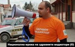 Сашо Йорданов, здравен медиатор в ромската махала в Сливен, обикаля ежедневно квартала с мегафон, за да се увери, че обясненията му стигат до максимален брой хора.