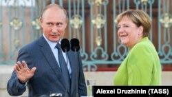 Президент России Владимир Путин и канцлер Германии Ангела Меркель общаются с прессой в правительственной резиденции Мезеберг, Германия, 18 августа 2018 года