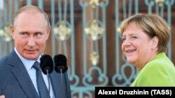 Германия канцлері Ангела Меркель (оң жақта) мен Ресей президенті Владимир Путин. 18 тамыз 2018 жыл.