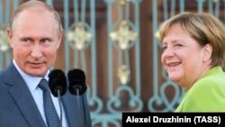 Путин и Меркель, 18 августа 2018 (архивное фото)