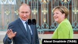 Президент России Владимир Путин и канцлер Германии Ангела Меркель, 18 августа 2018 года