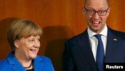 Германия канцлері Ангела Меркель (сол жақта) мен Украина премьер-министрі Арсений Яценюк неміс-украин форумында. Берлин, 23 қазан 2015 жыл.