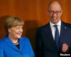 Арсеній Яценюк і Анґела Меркель. Берлін, 23 жовтня 2015 року