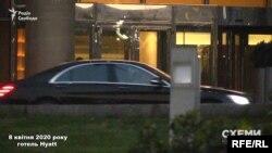 Пізніше до виходу з готелю підігнали Mercedes, який прикривало авто охорони