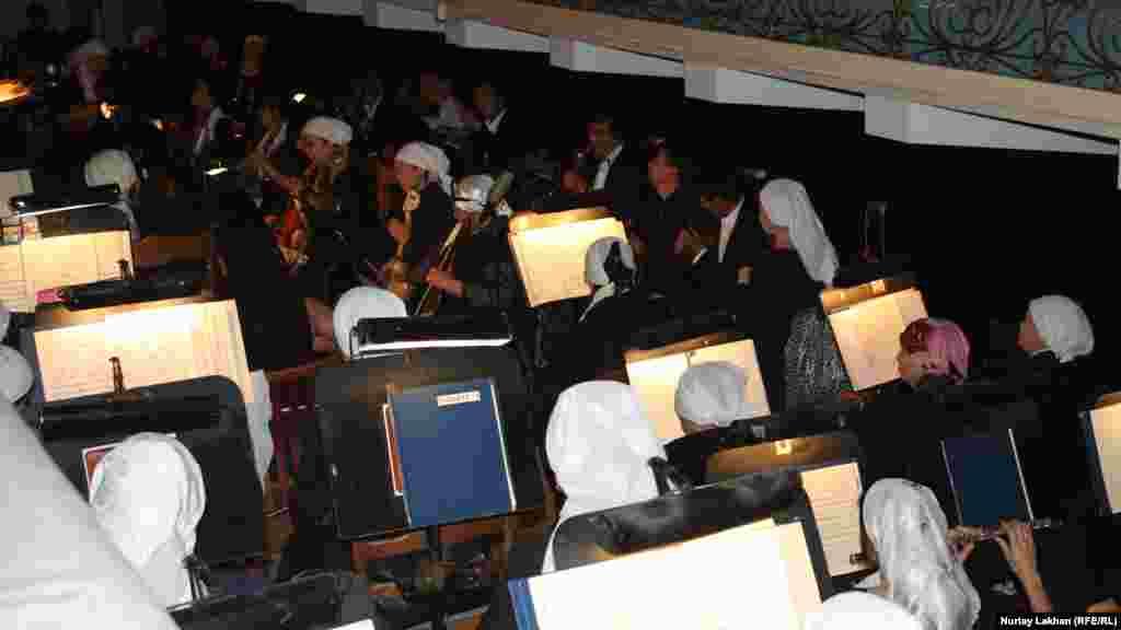 Марқұмды шығарып салар сәтте оркестр қаралы музыка ойнады.