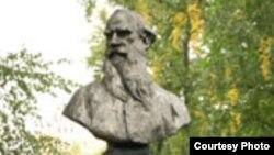 Снять Льва Толстого с пьедестала и поставить обратно - одна из форм любви к классике.