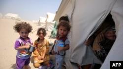Иракские дети, которые вынуждены были покинуть свои дома из-за боевых действий, в палаточном лагере к югу от Фаллуджи. 27 июня 2016 года.