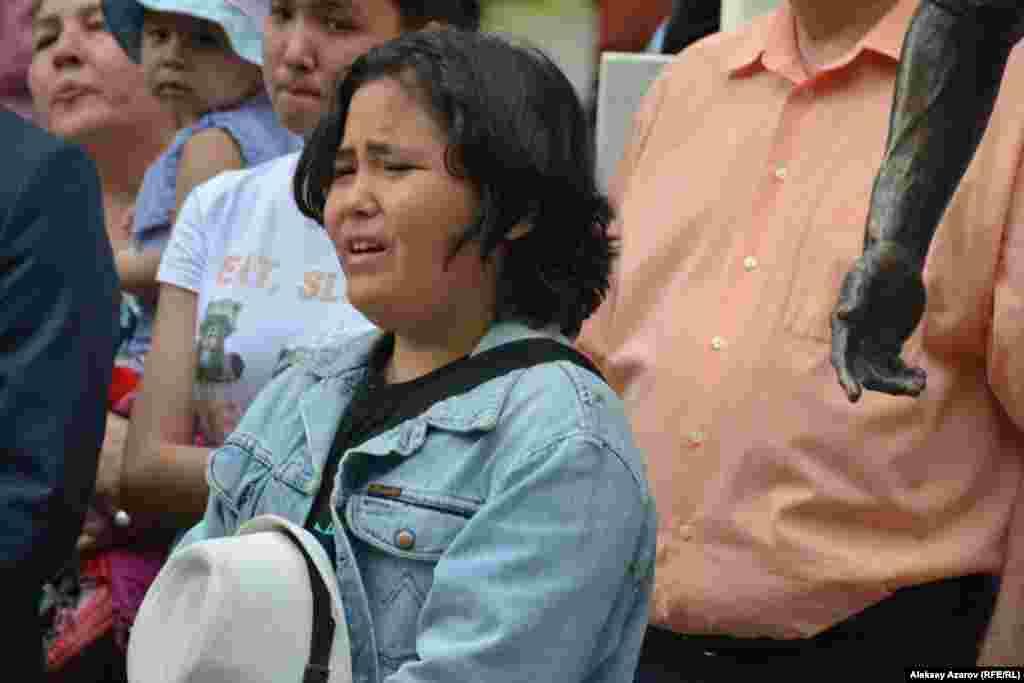 В январе суд в Алматыприговорилобвиняемых в убийстве фигуриста — Армана Кудайбергенова и Нуралы Киясова — к 18 годам лишения свободы каждого. Обвиненная в недонесении о преступлении Жанар Толыбаева была приговорена к четырем годам тюрьмы. Позднее ее наказание смягчили. Родственники спортсмена подавали апелляцию, не согласившись с приговорами. На фото: люди подпевали хору и не скрывали эмоций. Алматы, 22 июня 2019 года.