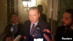 Rajab Erdo'g'on 16 iyulga o'tar tunda Marmara shahrida jurnalistlar savollariga javob berayapti.
