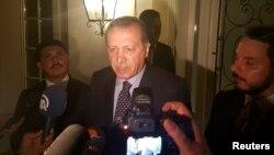 Президент Турции Реджеп Эрдоган дает интервью журналистам в города Измир. 15 июля 2016 года.