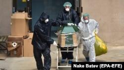 Здравствени работници изнесуваат починат од коронавирус од Инфективната клиника во Скопје на 31 март 2020