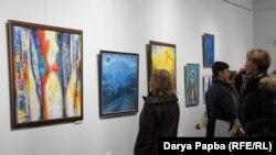 На открытии было не протолкнуться: сюда пришли и сами художники, и их друзья и знакомые, и просто любители живописи. Фото автора