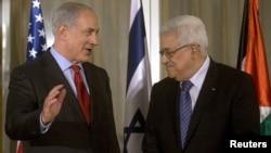 Benjamin Netanyahu (majtas) gjatë një takimi me Mahmud Abbasin në Jerusalem në vitin 2010