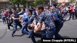 Поліція затримує протестувальників, Єреван, Вірменія, 19 квітня 2018 року