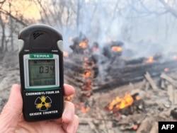 """""""Има лоши новини – радиацията е над нормата в центъра на пожара"""", написа на 5 април във Фейсбук Егор Фирсов. Снимка от същия ден на фона на горски пожар в 30-километровата забранена зона край Чернобил"""