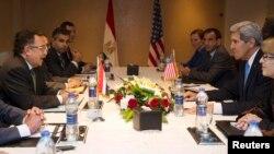 مباحثات أميركية مصرية في القاهرة بين وزيري الخارجية الأميركي جون كيري ونظيره المصري نبيل فهمي.