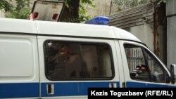 """""""Газель"""" көлігінің негізінде жасалған автозак. Алматы, ҰҚК тергеу абақтысының жаны, 15 маусым 2012 жыл."""