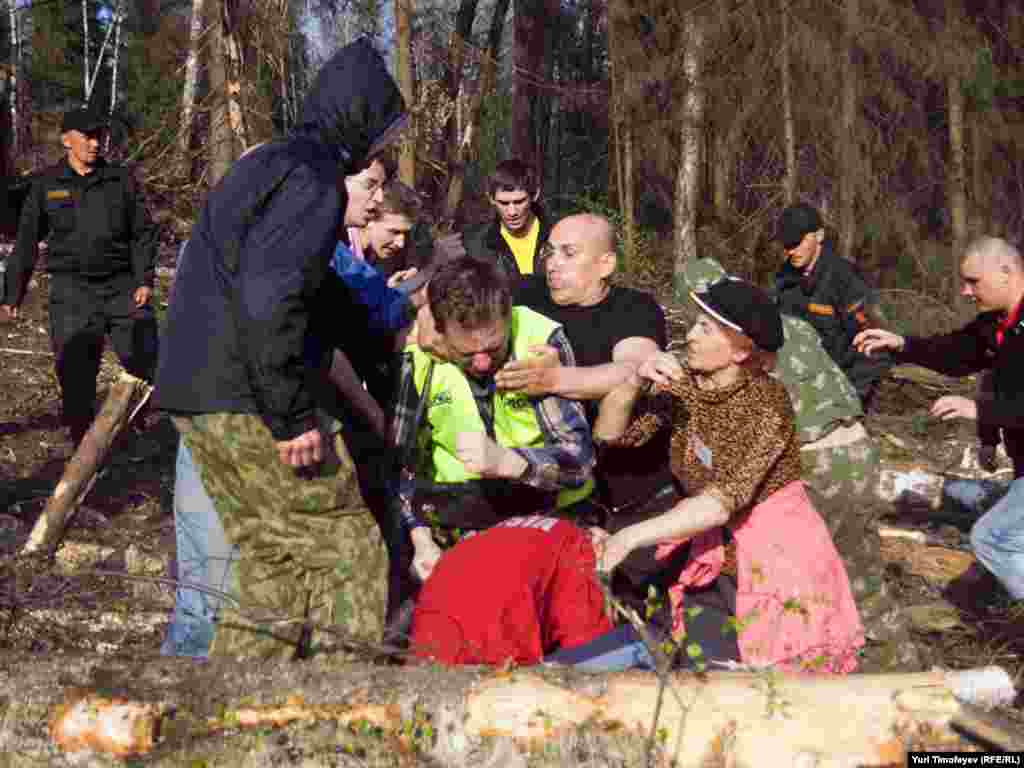 Расейскія экалягісты ўступаюць у сутычкі зь сіламі бясьпекі ў спробе спыніць зьнішчэньне Хімкаўскага лесу пад Масквой, 5 траўня.