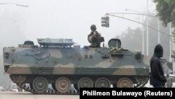 Хараре көшелерінде күзетте тұрған әскери техника. Зимбабве, 15 қараша 2017 жыл.