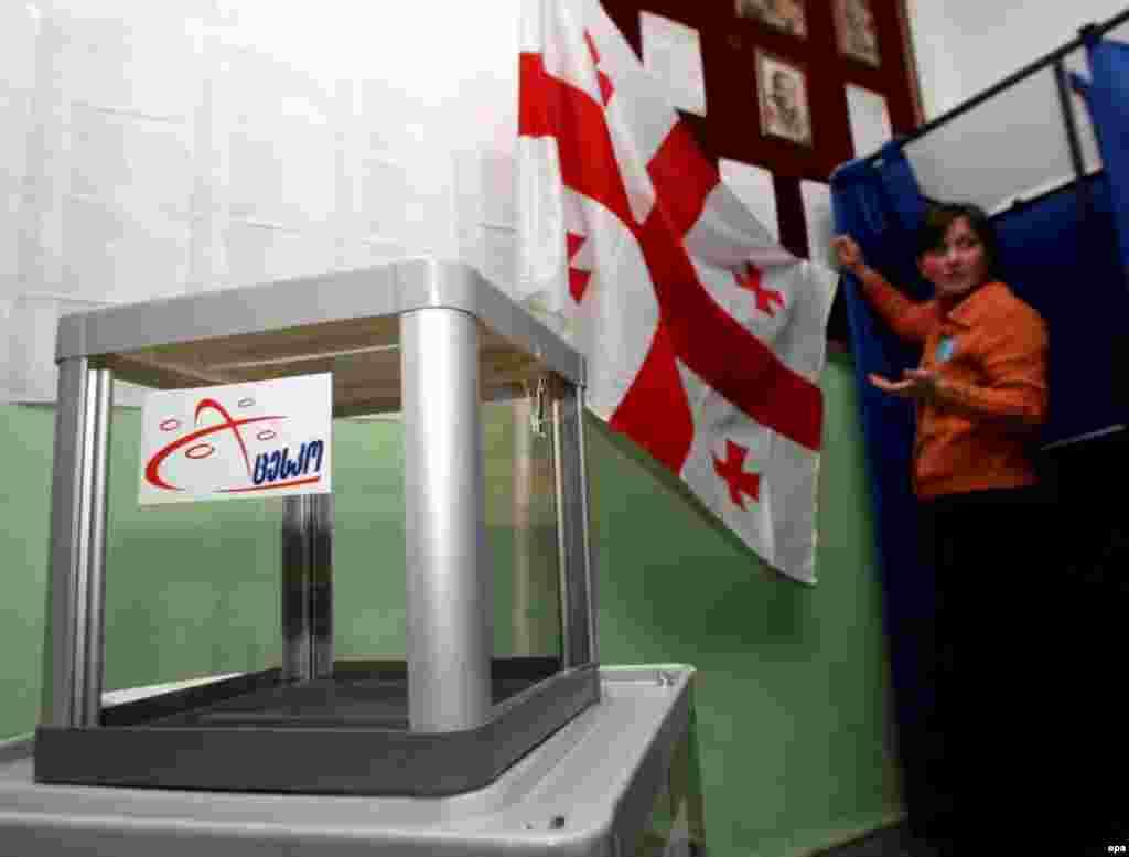 Член избирательной комиссии готовит участок к предстоящим выборам. Тбилиси, 4 января 2008.
