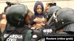 Гражданские гвардейцы и каталонские избиратели, пришедшие проголосовать. Барселона, 1 октября