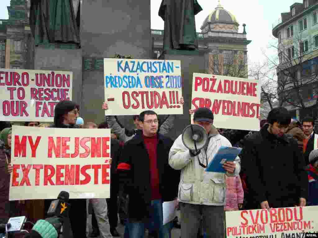 Босқын қазақтар Чехия үкіметіне қойған талаптары орындалмаса, тағы да наразылық митингісін өткіземіз дейді - Босқын қазақтардың митингісінен соң Чехия үкіметі босқын мәртебесін сұраушылардың біріне «негатив» ұстатты. Дегенмен, қазақ босқындары Чехия үкіметі және биыл Чехия төрағалық ететін Еуропа Одағы өз жағдайларына көңіл аудармайтын болса, алдағы уақытта наразылық шарасын жалғастыруды, тіпті 7 ақпандағыдан да кең митингі өткізетіндігін ескертті.