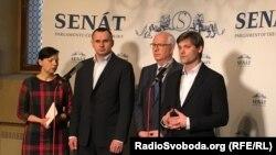 Учасники пресконференції в Сенаті Чехії Олег Сенцов (другий зліва), сенатор Їржі Драгош та сенатор Марек Гілшер (крайній праворуч)