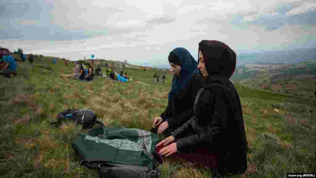 Young Crimean Tatars pray on the slopes of the Chatyr-Dah mountains in Crimea on May 13, 2018. More than 1,000 people commemorated the victims of the deportation of Crimean Tatars from their homeland during the rule of Soviet dictator Josef Stalin in 1944.(RFE/RL)