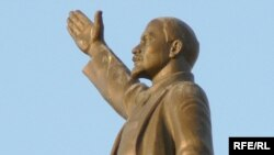 New York City's rooftop Lenin