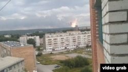 Облако дыма и огонь от взрывов боеприпасов в Красноярском крае России. 5 августа 2019 года.