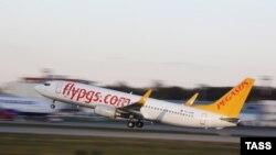 Самолет турецкой авиакомпании Pegasus Airlines взлетает из Домодедово. Москва, 5 января 2015 года.