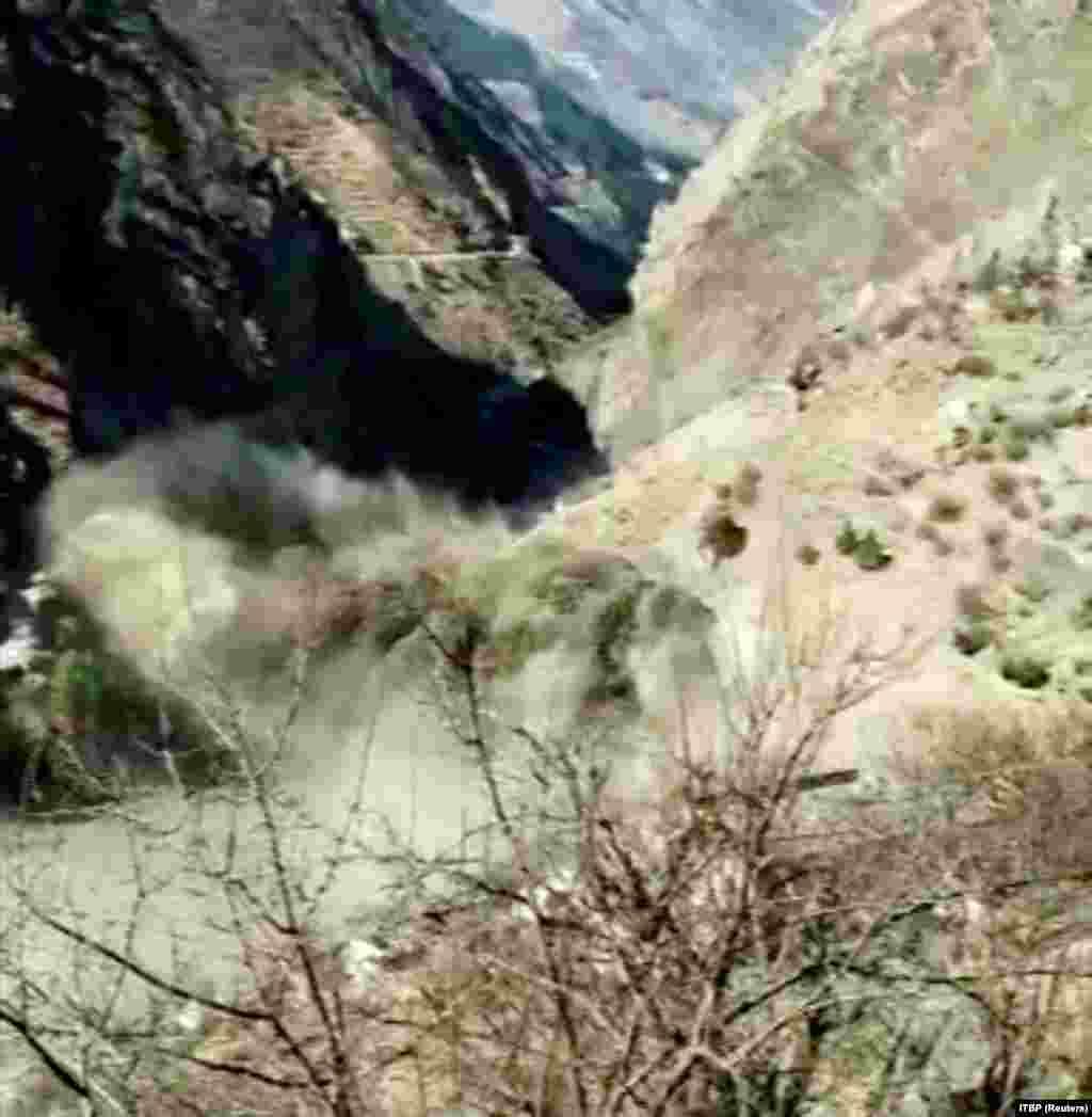 جریان جاری شدن سیلا به دریا. این عکس از روی فیلم گرفته شده است. 7 فبروری 2021 عکس از:ITBP/REUTERS TV/via