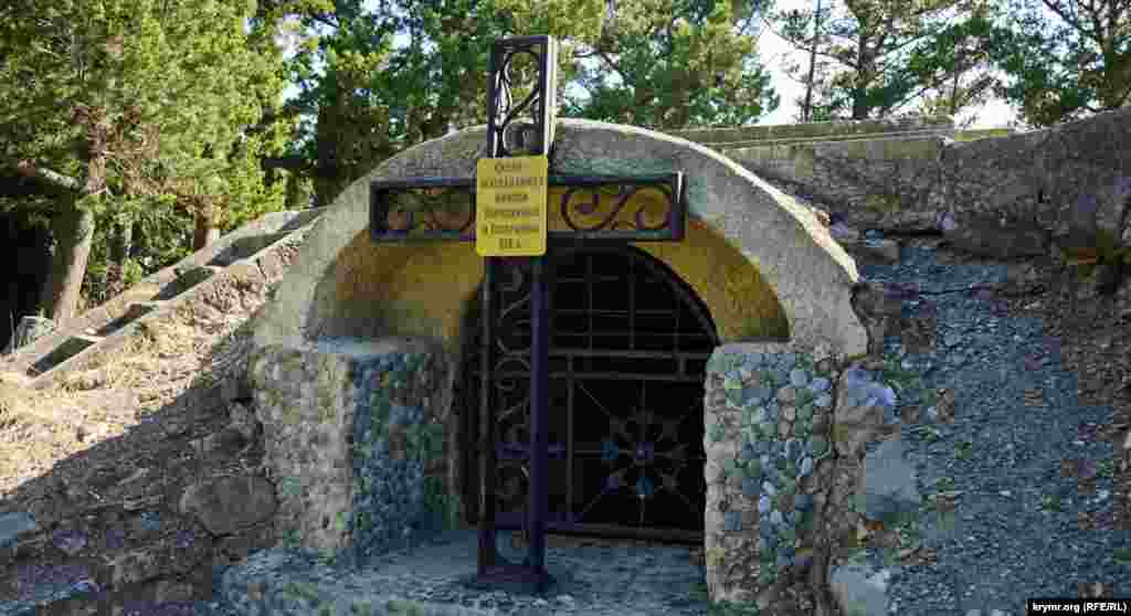 Прямо на склепе-усыпальнице князей Гагариных и Бороздиных на мысе Плака размещена смотровая площадка