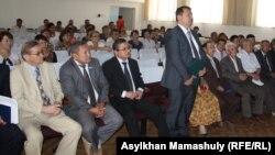 Во время избирательной кампании в Алматинской области идет представление кандидатуры Кайрата Кулембаева (стоит в первом ряду), акима села Таусамалы. 11 июля 2013 года.