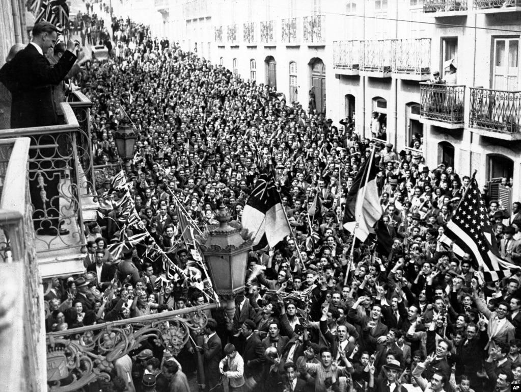 Радісний натовп перед британським і американським посольствами в Лісабоні, 8 травня 1945 року