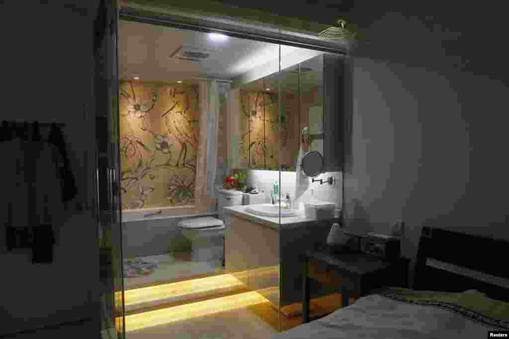 У гэтай кватэры ў Ганконгу прыбіральня аддзеленая ад спальні шкляной сьцяной.