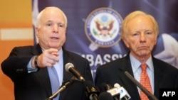Senatorët amerikanë Xhon MekKejn (majtas) dhe Xhoe Liberman