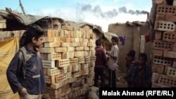 أطفال يعملون في معمل للطابوق