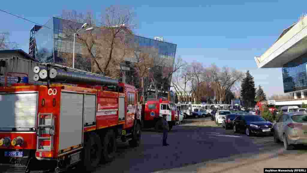Утром в среду у Дворца Республики в Алматы, где проходила отчетная встреча с населением акима Бауыржана Байбека, дежурили полицейские и сотрудники службы пожарной безопасности со спецтехникой.