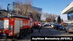 Машины противопожарной службы у здания Дворца Республики, где проходит встреча акима с населением.Алматы, 20 февраля 2019 года.