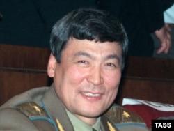 Тоқтар Әубәкіров «Союз ТМ-27» ғарыш кемесінің халықаралық ғарыш станциясымен түйісу сәтін бақылап отыр. 1998 жыл.