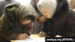 Жительницы села Березовка в Западно-Казахстанской области ставят подписи под обращением к президенту страны с просьбой переселить их в другое место.