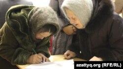 Березовка ауылы тұрғындары көшіруді сұрап үндеу жазып жатыр. Батыс Қазақстан, 29 желтоқсан 2014 жыл.