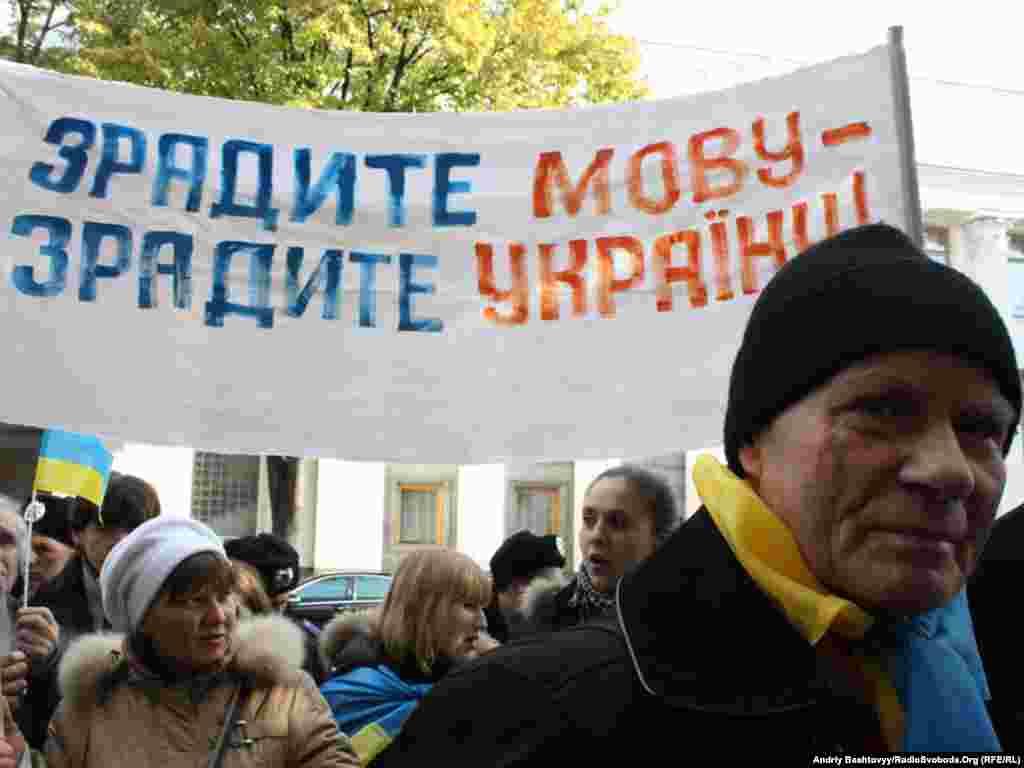 Учасники акції розташувалися перед одним із будинків парламенту по вулиці Грушевського, в якому відбувається засідання погоджувальної ради.