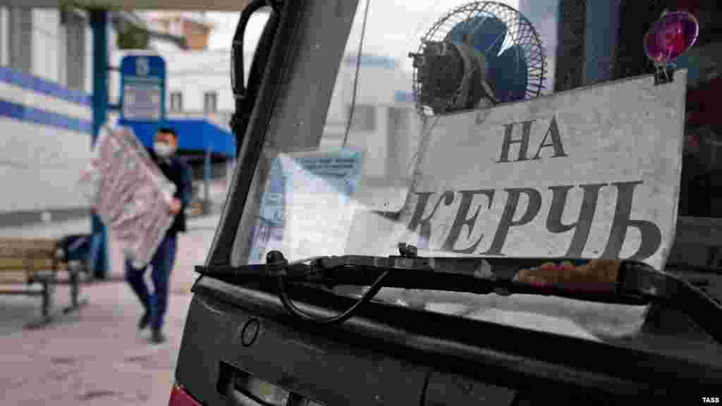 Автобус отправляется «на Керчь» с центрального автовокзала в Симферополе. Как между городами полуострова снова начали ездить автобусы – в фотогалерее Крым.Реалии