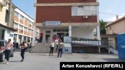 Ljudi čekaju u redu na testiranje na Kosovu
