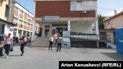 Kosovo, ljudi čekaju u redu za testiranje